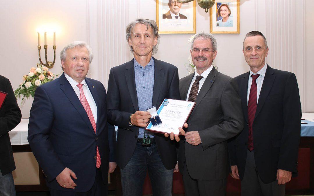 Ehrennadel in Gold für WHM